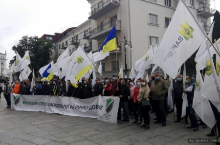 Аграрии протестовали у офиса президента против квот на удобрения. Фото