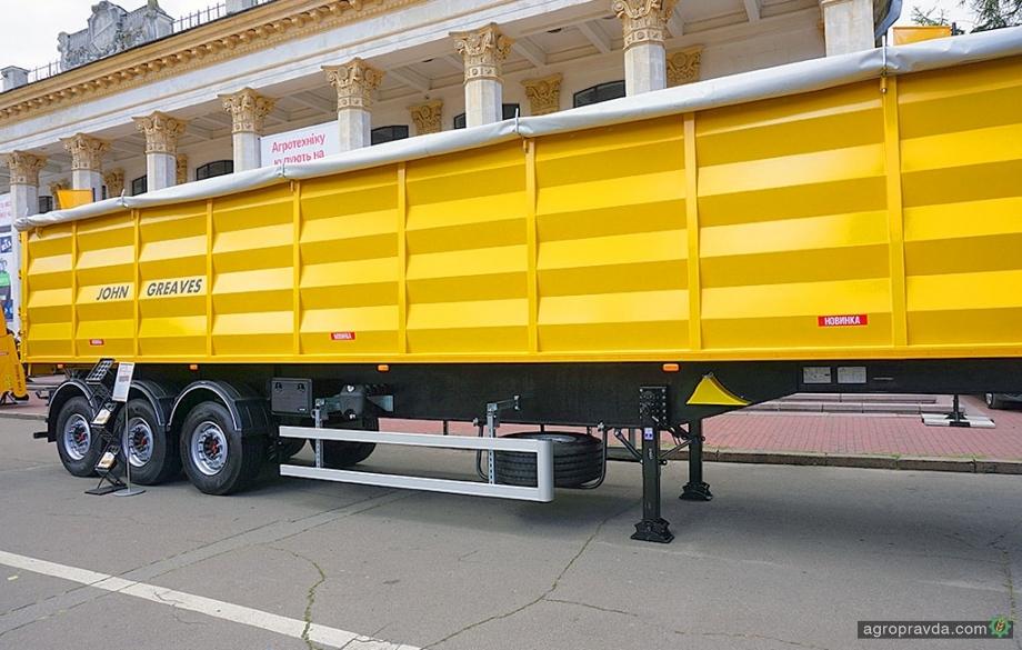 В Киеве представили новый отечественный полуприцеп-зерновоз