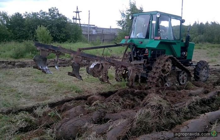 Умельцы оснастили трактор МТЗ-80 гусеницами. Видео