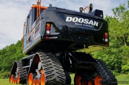 Экскаватор Doosan примерил 4-гусеничную систему