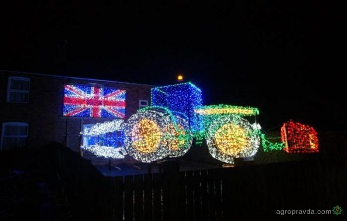 На украшение рождественского трактора понадобилось 11 тысяч лампочек