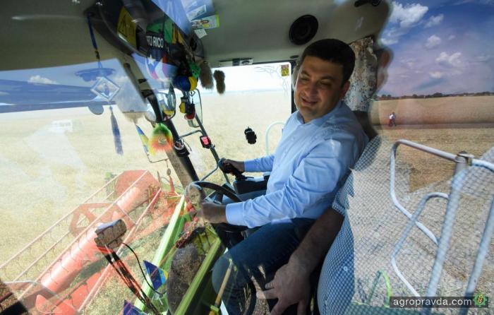 Владимир Гройсман прокатился на комбайне Claas. Фото