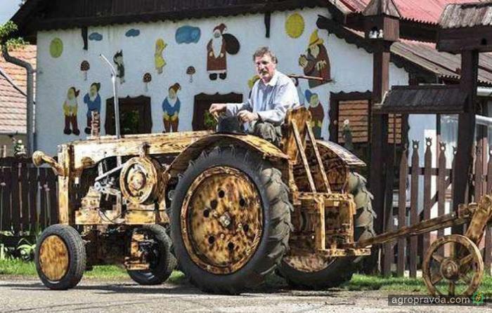 Умелец построил работающий деревянный трактор. Видео