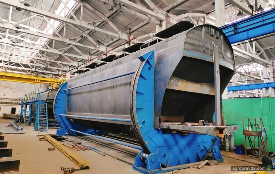 Завод «Карпаты» наращивает производство зерновозов