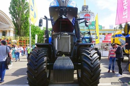 В Киеве представили трактор T8 нового поколения