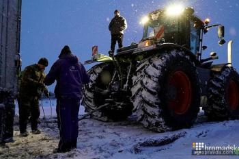 Аграрии вывели трактора к Одесской трассе для расчистки снега. Фото