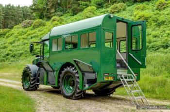 Из трактора Fastrac сделали автобус. Фото