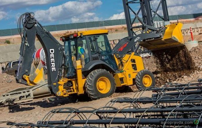 John Deere представил новые экскаваторы-погрузчики L- Series