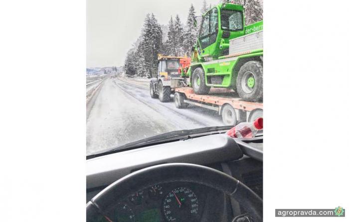 JCB Fastrac засняли на немецком автобане на скорости 90 км/ч