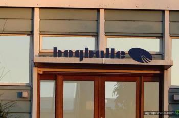 В Дании над заводом Bogballe подняли украинский флаг. Фото