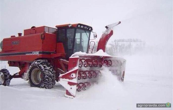 Для расчистки дорог от снега начали использовать необычную технику. Фото