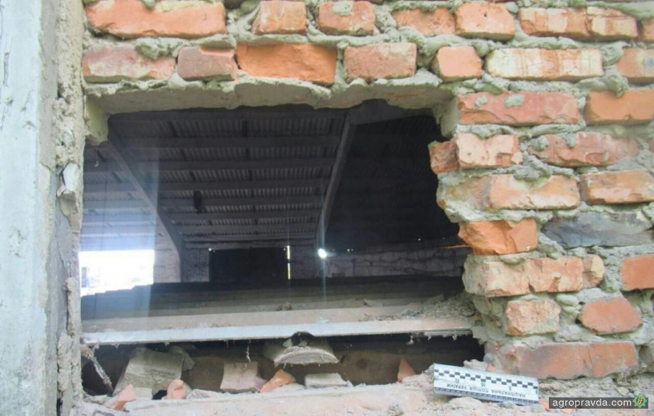 У агрохолдингу злочинці через дірку в стіні викрали 4 т ЗЗР