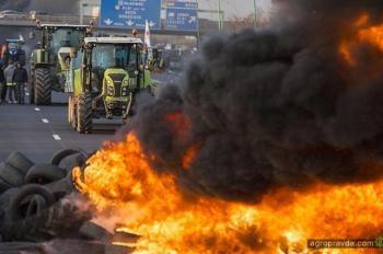 Фермеры в знак протеста тракторами перекрыли трассы. Фото