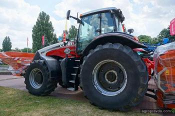 В Киеве демонстрируют коллекционный «серебряный» трактор Case IH