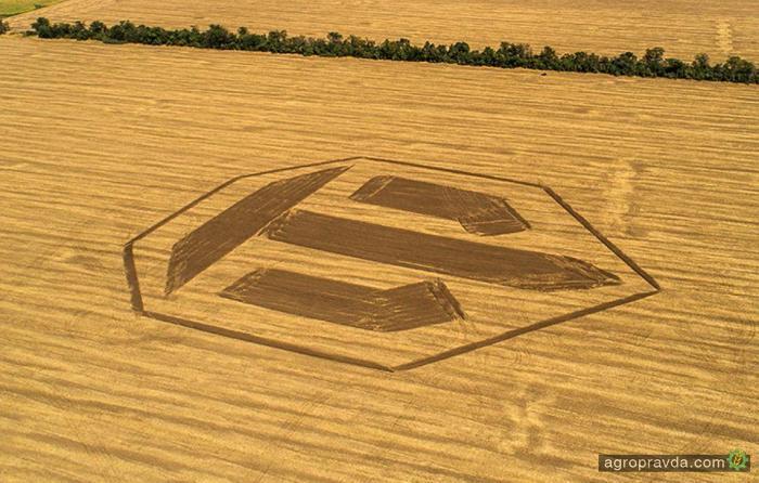 Логотип World of Tanks нарисовали на поле