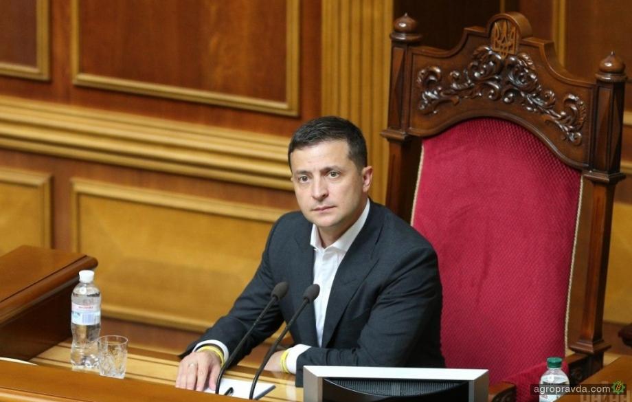 Зеленский поручил отменить земельный мораторий до 1 декабря