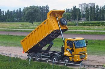В Киеве прошли гонки на тракторах и погрузчиках