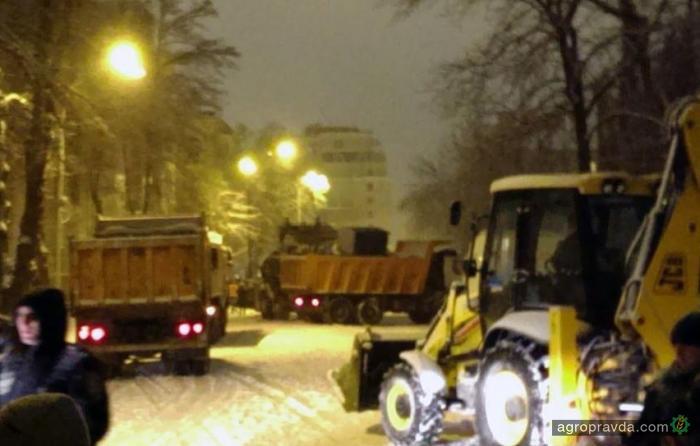 В Киеве трактором снесли баррикады