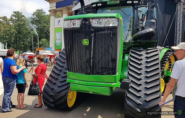 В Киеве представили самый дорогой трактор John Deer - John Deer