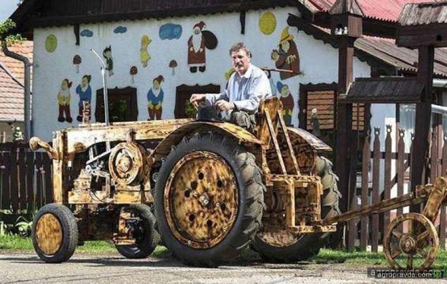 Умелец построил действующий деревянный трактор