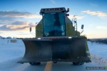 Комбайны пустили на расчистку дорог от снега. Фото