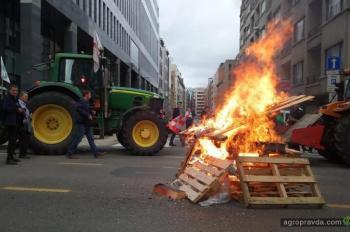 Фермеры привезли в Брюссель 1500 тракторов и жгут покрышки