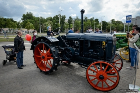 В честь 75-летия МТЗ представили новые и исторические модели тракторов. Фото