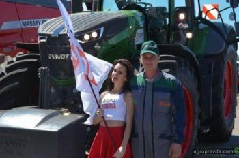 Девушки и тракторы. Фото