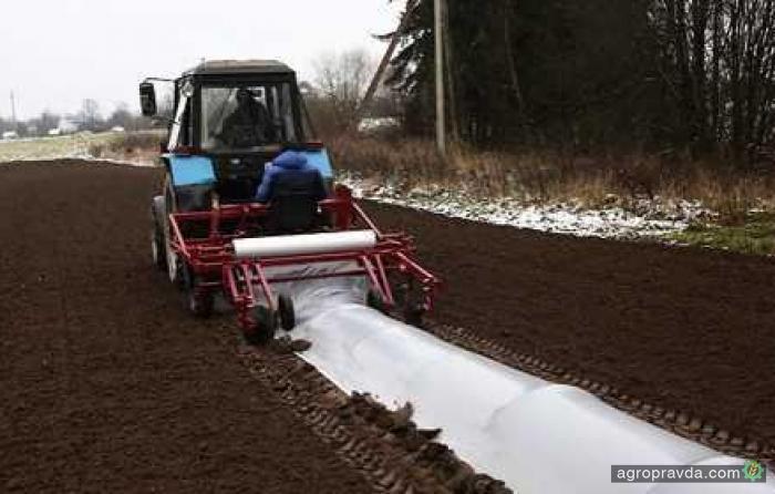 Беларусы разработали машину для установки парников