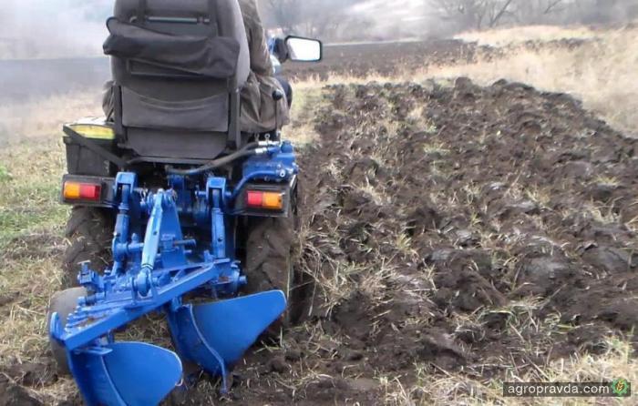 На что способен самодельный мини-трактор. Видео