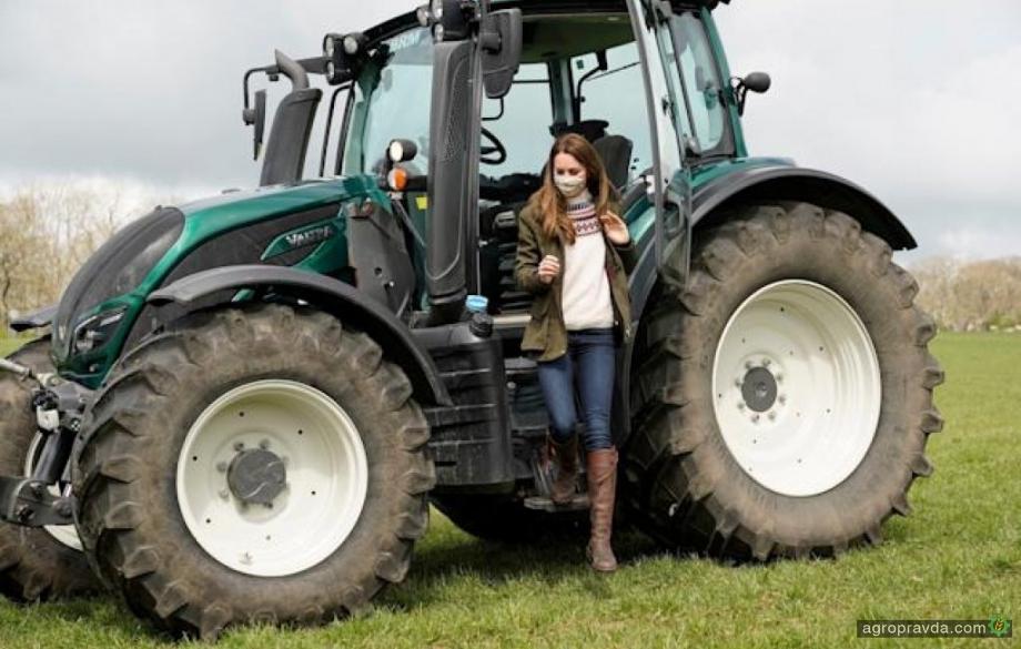 Королевская чета поводила трактор Valtra. Фото