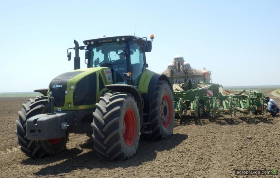 Claas изучает эффективность трактора Axion на посевных работах