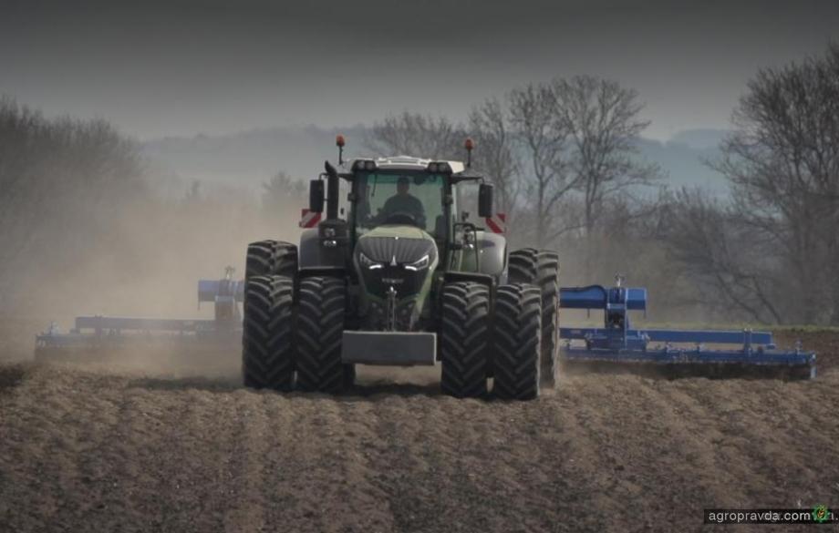 Гиганты сельхозтехники на поле. Видео