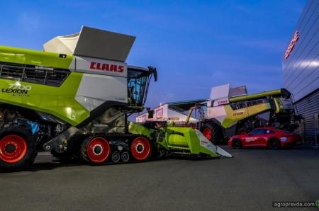 Claas провел демонстрацию своих новых комбайнов на гоночной трассе Le Mans. Фото