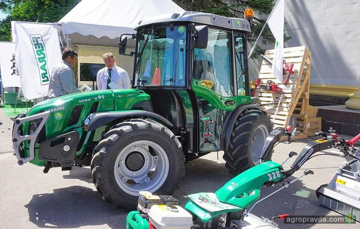 В Киеве представили «ТОПовый» трактор Ferrari. И косилку