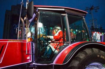 Деды Морозы прокатились на тракторах Belarus. Фото