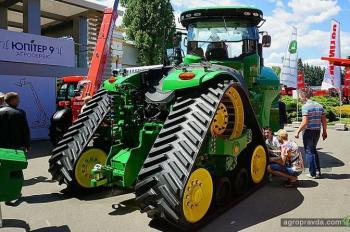 В Киеве представили первый 4-гусеничный трактор John Deere
