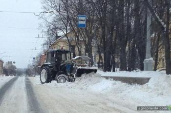 Чем трактористы заняты зимой. Фото