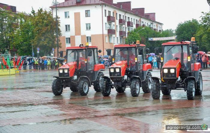 Танец тракторов Belarus. Видео