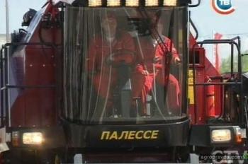 В Минске на параде проехали трактора и комбайны. Фото