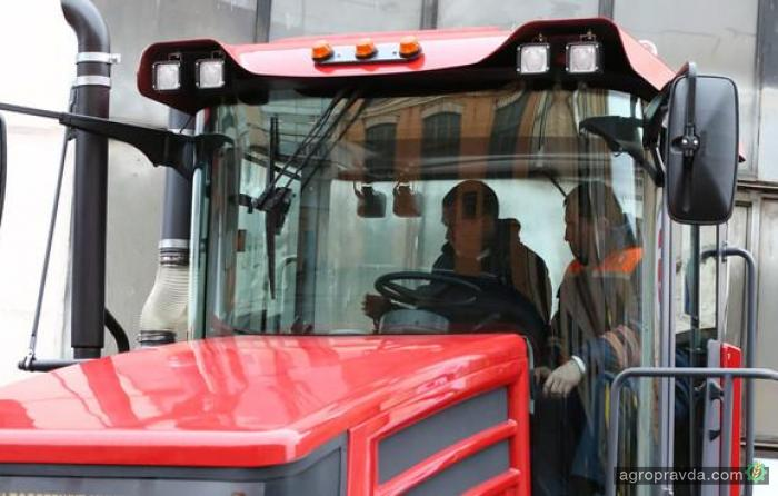 Д. Медведев провел тест-драйв трактора «Кирюша»