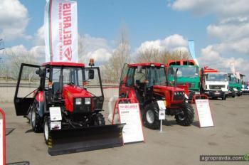 Виталий Кличко протестировал трактор Беларус