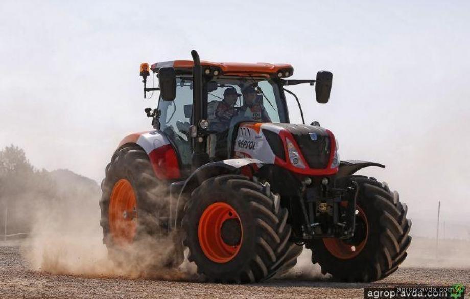 Трактор в руках мотогонщиков: видео