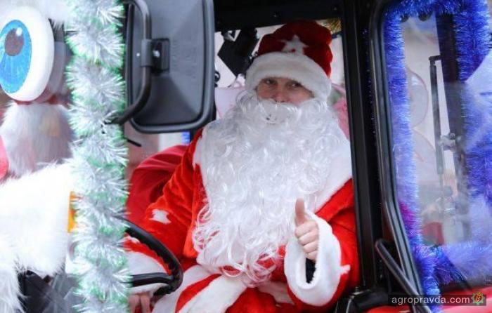 Трактор стал официальным транспортом Деда Мороза. Фото