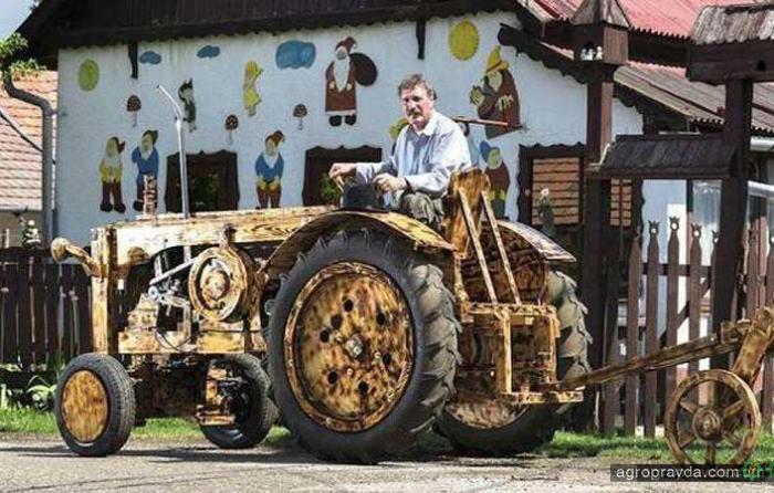 Умелец построил рабочий деревянный трактор. Видео